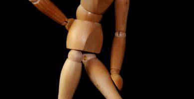 meñeca madera para mostrar el dolor de ciatica