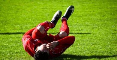 jugador de futbol caido y se lesiona las rodillas