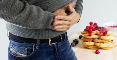 apretando la mano en la barriga por el dolor de estomago